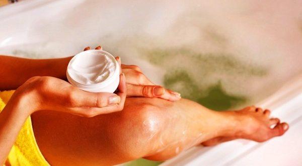нанесение крема в ванной